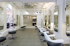 コンビニの約4.3倍!?美容師業界が抱える2つの問題。1つめ